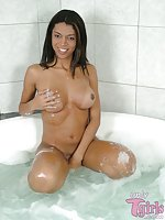 Comely TS Gleice masturbating in a bath